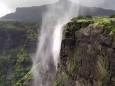 «Перевернутый водопад» на Фарерских островах