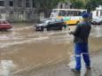 На затопленной после дождя улице в Одессе ловили рыбу