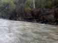 Дождь смыл мусор в реку на Закарпатье