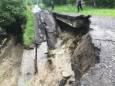 На Закарпатті паводкові води знесли міст