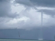 Во Флориде в безветренную погоду образовался водяной смерч странной формы