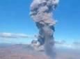Вулкан Эбеко на Курильских островах извергает пепел на высоту около 5 км