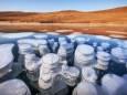 Красота замороженных пузырьков метана на озере Байкал