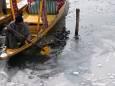 В Индии замерзло озеро, температура упала до минус 8. Видео
