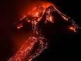Гора Этна в Италии извергает лаву, освещая ночное небо. Фото, видео