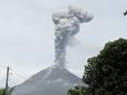 На вулкане Синабунг в Индонезии продолжается сильное извержение. Видео