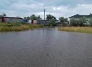 У затопленій Кирилівці лопатами вигрібають бруд