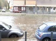 Днепр накрыл мощный ливень: вода залила улицы и затопила автомобили