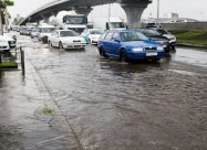 Ливень в Киеве: машины «плавают» в огромных лужах