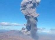 Вулкан Ебеко на Курильських островах вивергає попіл на висоту близько 5 км