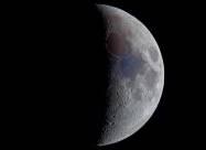 На видимій з Землі частині Місяця вперше виявлені сліди води