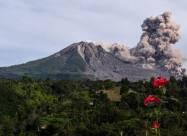Індонезійський вулкан Сінабург викинув стовп попелу
