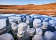 Краса заморожених бульбашок метану на озері Байкал