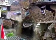 Мощное наводнение разрушает дома в Индонезии