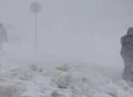 На Чукотке ураганный ветер и метель сбивают людей с ног