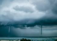 У побережья Австралии одновременно возникли пять водяных торнадо. Фото, видео