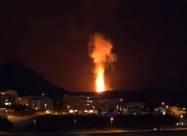 Два невероятно огромных лавовых фонтана на вулкане в Исландии. Видео