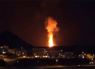 Два неймовірно величезних лавових фонтани на вулкані в Ісландії. Відео