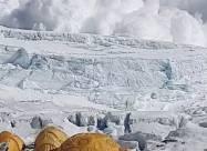 Лавина на Эвересте чуть не накрыла ошеломленных альпинистов. Видео