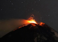 Ночное извержение Этны - яркое зрелище. ВИДЕО