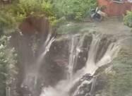 Моторошні наслідки зливи: в Одесі приватний будинок повис над прірвою