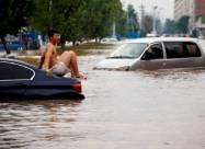 На севере Китая из-за продолжительных проливных дождей обрушились горы и дома. Видео