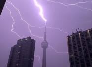 Блискавка вразила телевежу CN у Торонто 6 разів за ніч