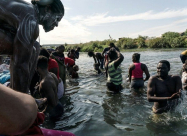 Тысячи мигрантов собираются на границе США и Мексики