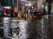 Сильный дождь обрушился на Хайдарабад на юге Индии