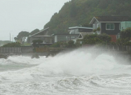 Во время шторма на побережье Новой Зеландии волны достигали высоты 6 метров