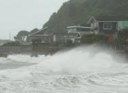 Під час шторму на узбережжі Нової Зеландії хвилі досягали висоти 6 метрів