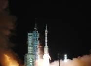 Китай запустил к своей станции корабль с тремя космонавтами