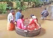 Из-за наводнения пара из Индии плыла на собственную свадьбу в огромной кастрюле