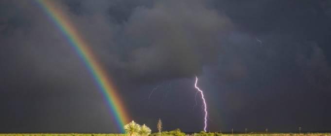 Уникальное природное явление в Америке: молния во время радуги