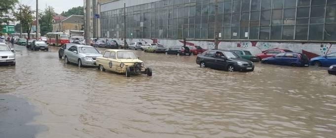 В Киеве после дождя затопило машины