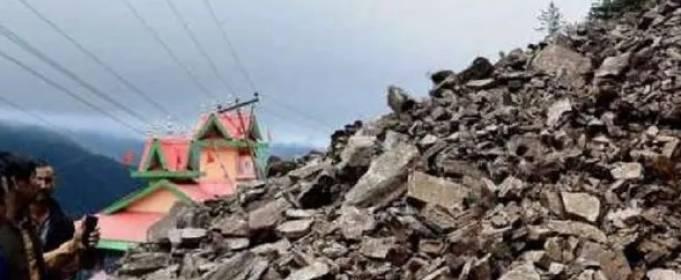 В Индии оползень обрушился на автомагистраль
