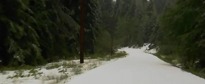 В Греции выпал снег и молния убила человека