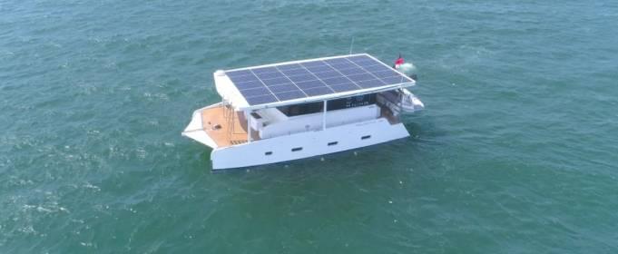 Сингапурская компания спустила на воду яхту, работающую на солнечной энергии