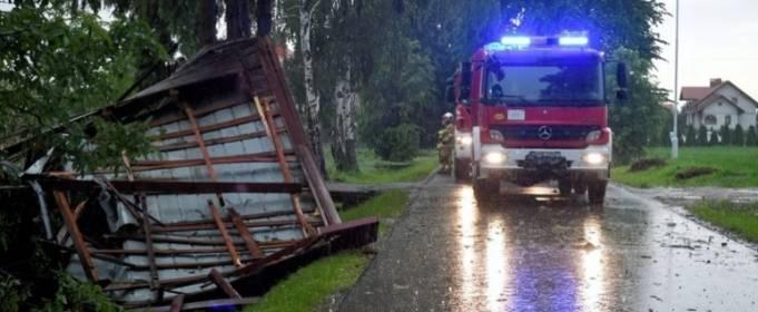 В Польше разбушевалась стихия, повалив деревья