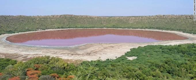 Давнє озеро в Індії стало рожевим