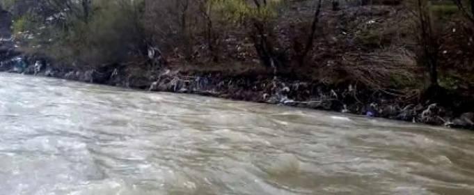 Дощ змив сміття в річку на Закарпатті