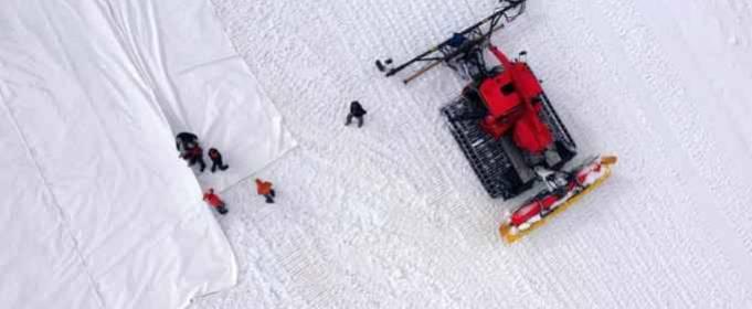 В горах Италии ледник накрывают брезентом для замедления его таяния
