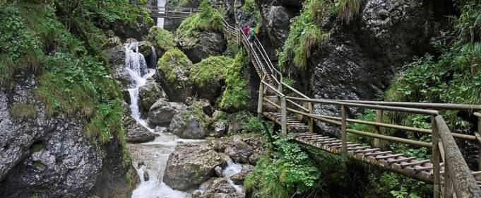 В Австрії 2 людини загинуло через каменепад в гірській ущелині
