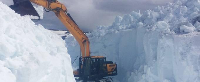 На юге Норвегии в горах скопилось до 10 м снега