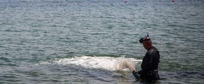 На одесском пляже водолазы достали со дна огромную трубу