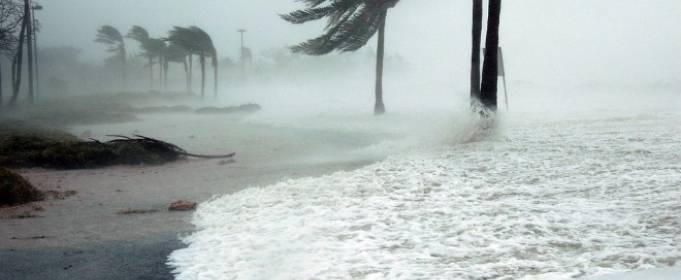 Ураган Дуглас ослаб у побережья Гавайских островов