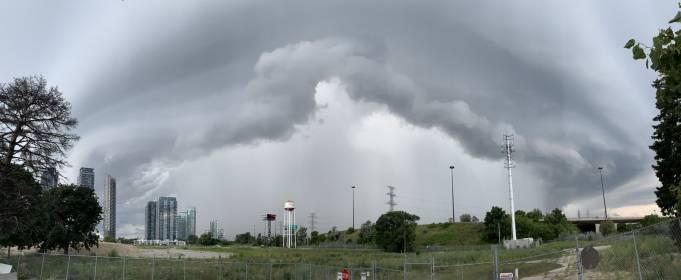 Приголомшливі фото шторму над Торонто