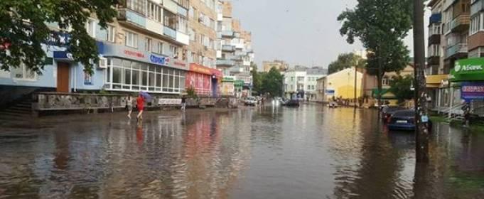 Сильный ливень затопил улицы Ровно