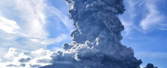 Вулкан Синабург в Индонезии выбросил столб пепла высотой 5 км
