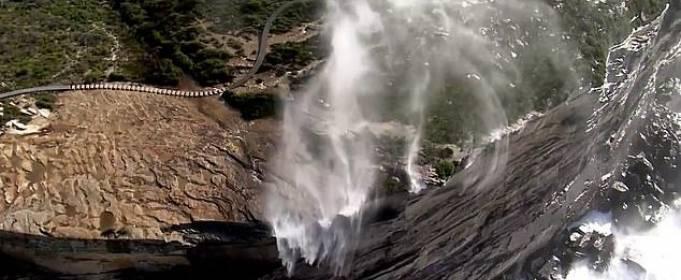 Сильный ветер изменил направление потока водопадов